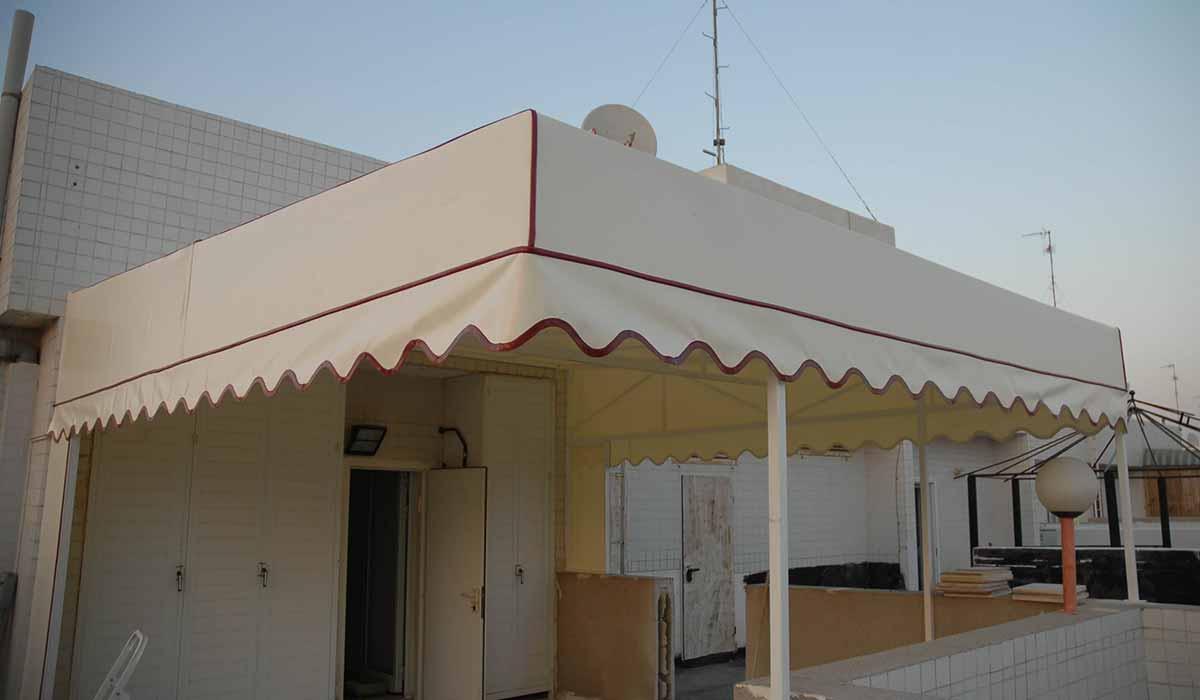 סוכך קבוע למרפסת בגג עם סרט אדום