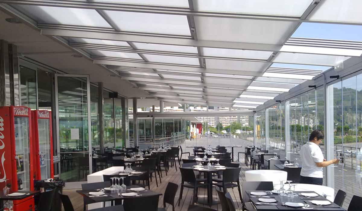גג הזזה למרפסת גדולה במסעדה