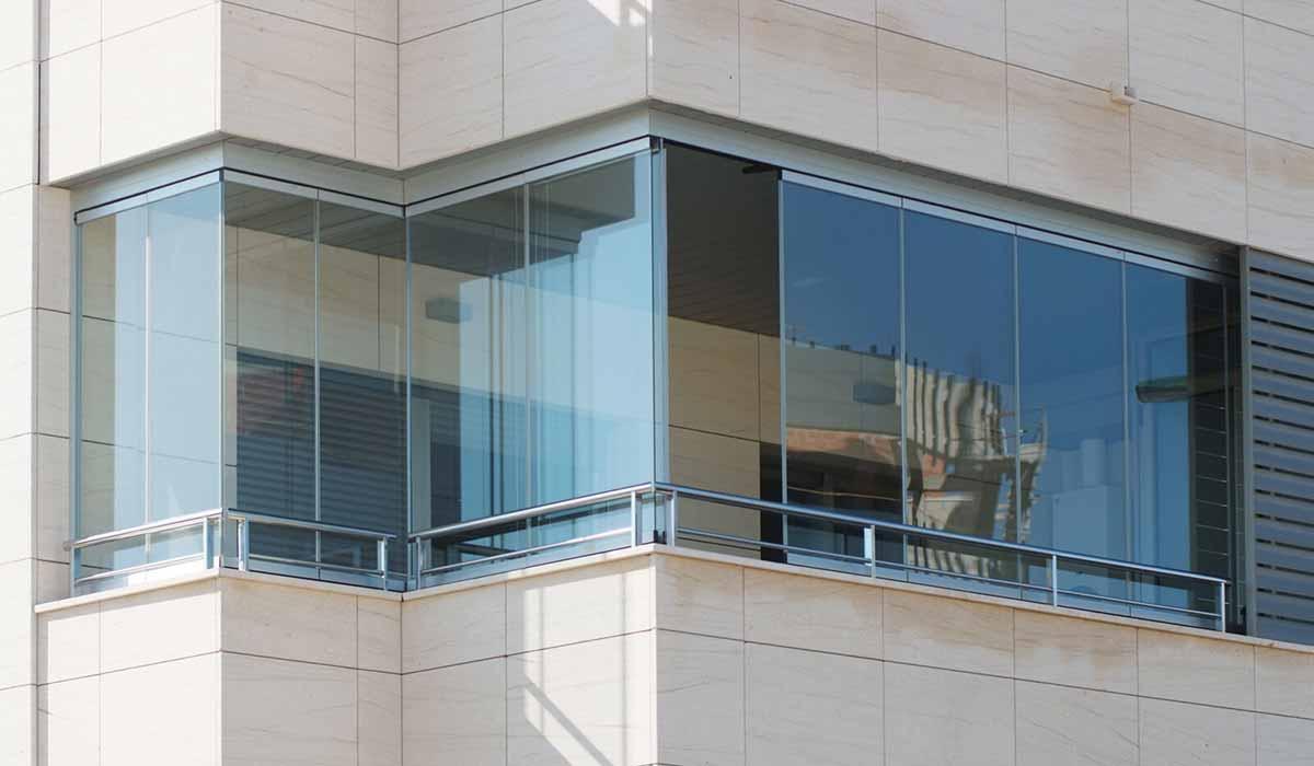 חלונות זכוכית עד גובה המעקה