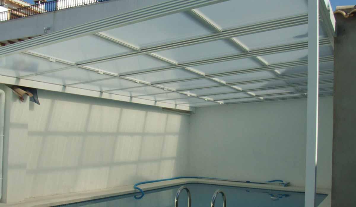 גג הזזה לבן לבריכה-