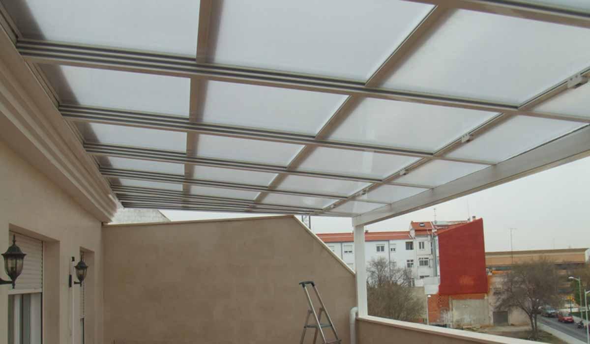 גג משופע למרפסת
