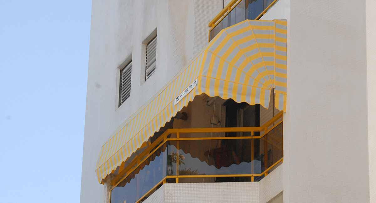 מרקיזה למרפסת עם פסים בצבע צהוב