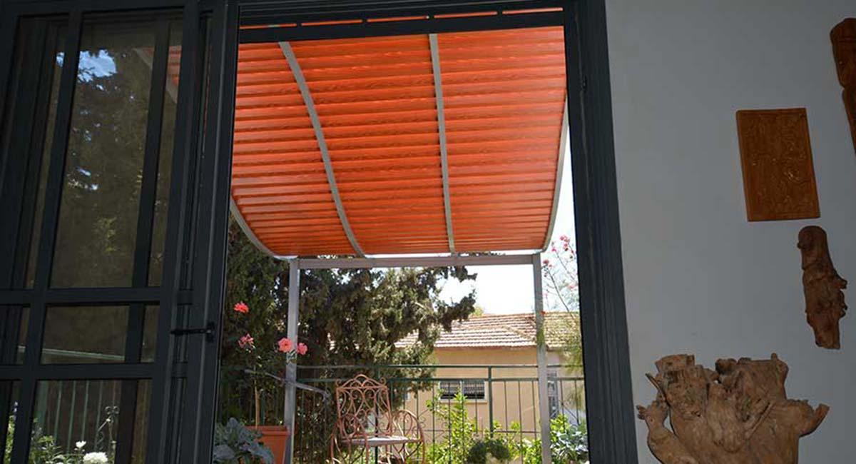 פרגולה מעוגלת דמוי עץ מבט מהבית