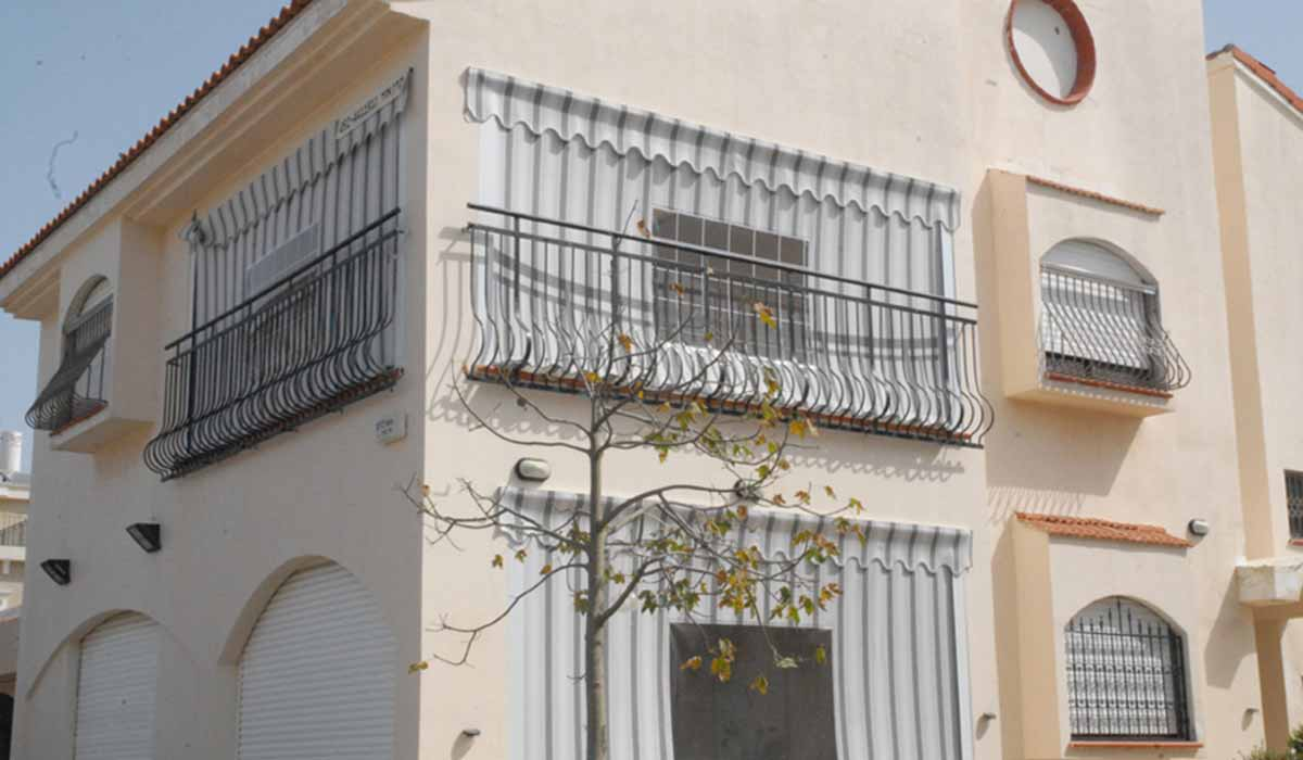 מסך גלילה אפור פסים למרפסת