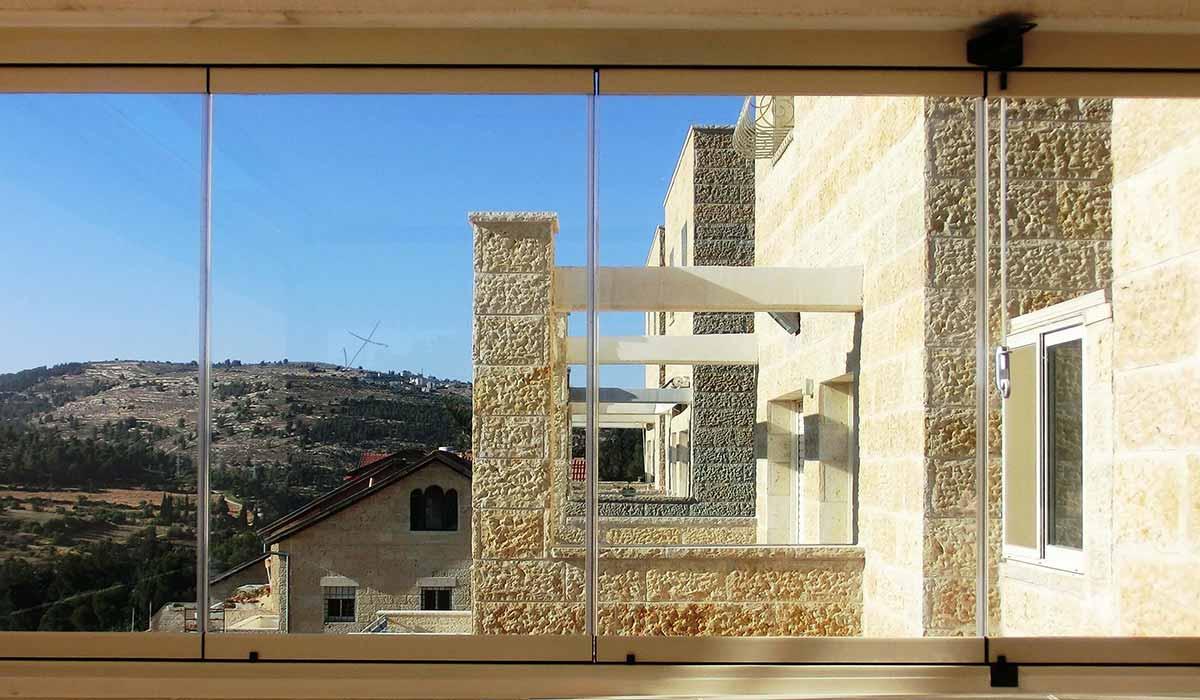 חלונות זכוכית למרפסת