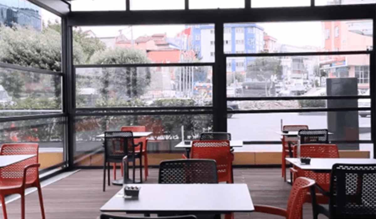 חלונות גילוטינה פתוח חלקית