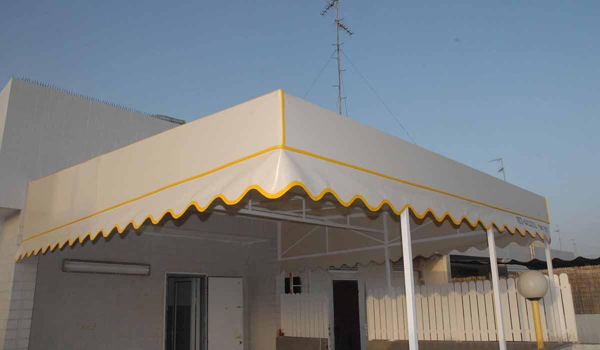 סוכך קבוע למרפסת בגג עם סרט צהוב