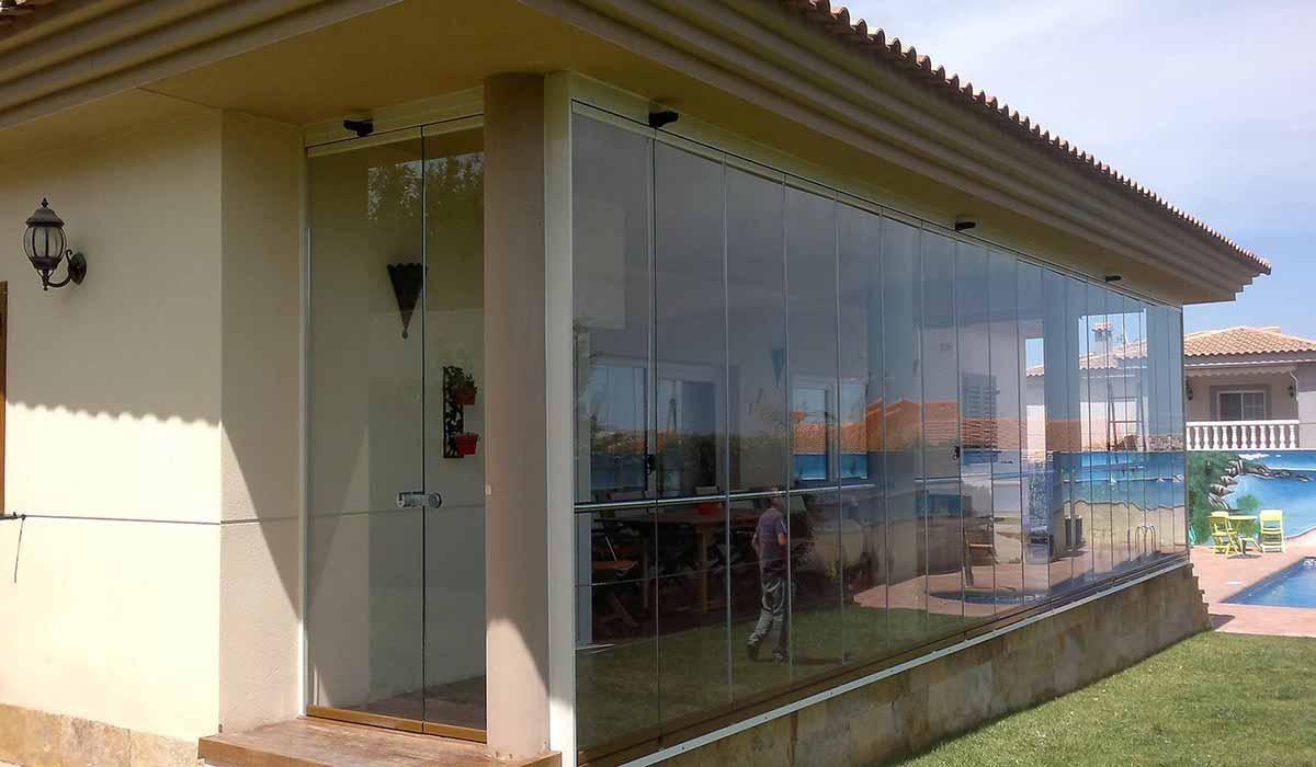 חלונות זכוכית למרפסת בית פרטי