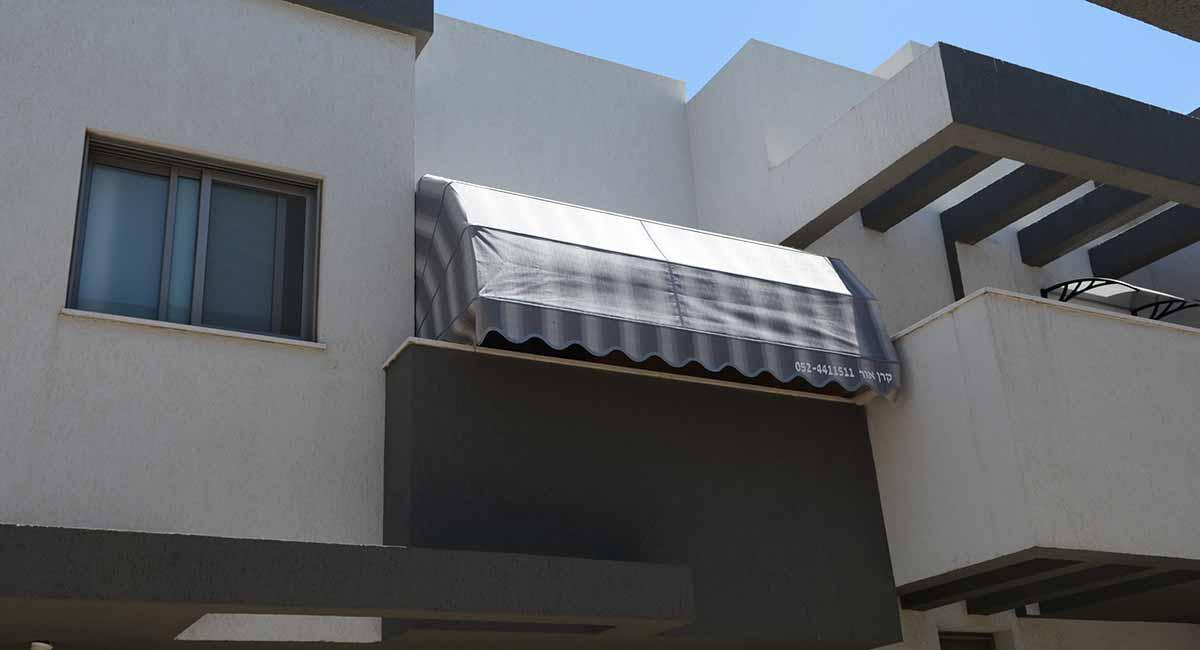 מרקיזה למרפסת אפור כהה עם פסים