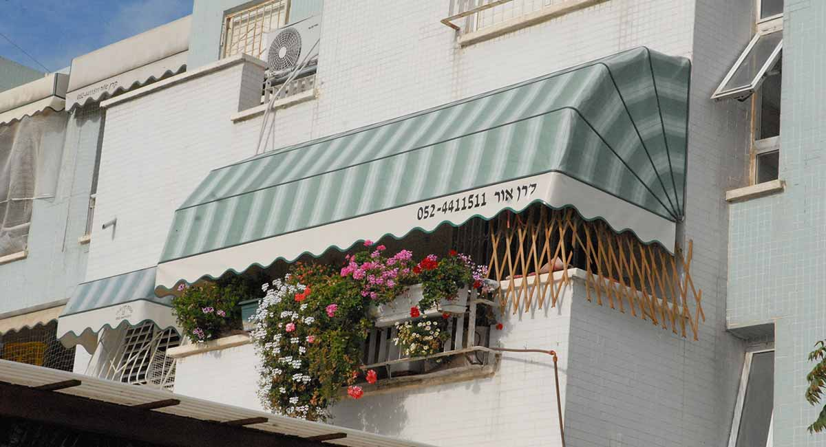 מרקיזה למרפסת ירוקה עם פסים