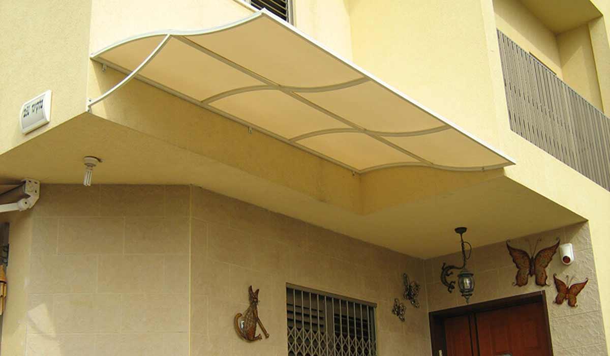 סוכך קבוע מעוצב לכניסה לבית פרטי