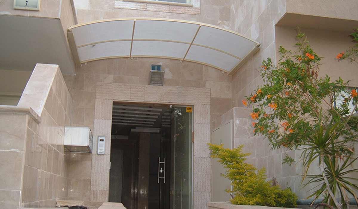 סוכך קבוע מעוגל לכניסה לבניין משותף