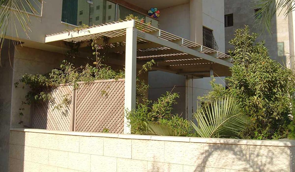 פרגולת אלומיניום עם עמודים בגינה