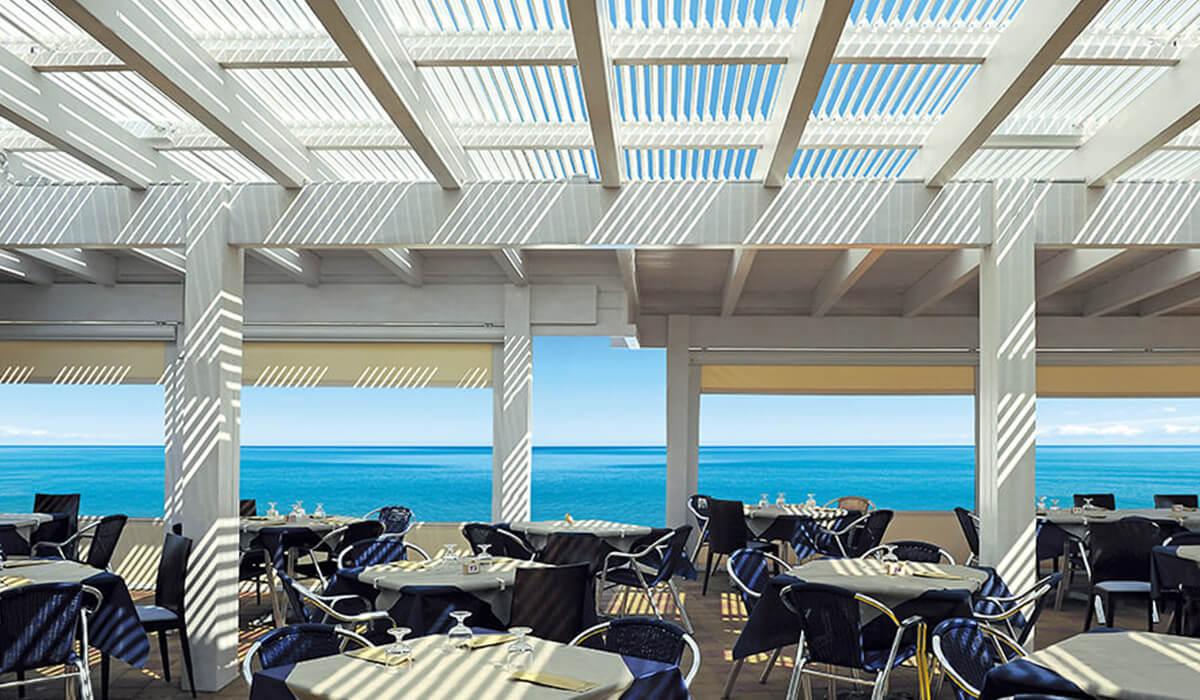 פרגולה עם רפפות מתכווננות מסעדה בחוף