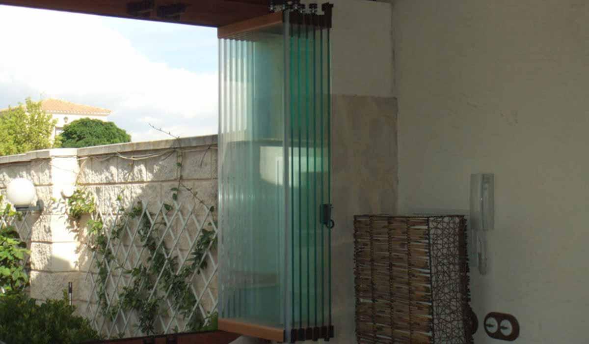 חלונות הזזה נאספות עם פרופילים דמוי עץ