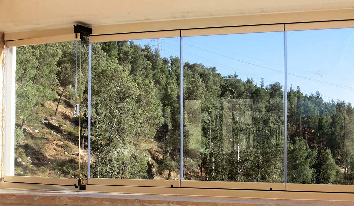 חלונות הזזה נאספות עם נוף ליער