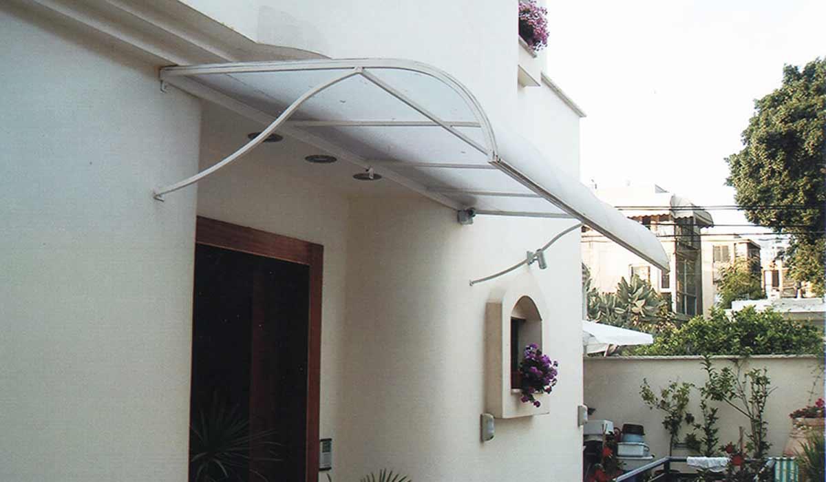 סוכך קבוע מעוצב לכניסה אחורית לבית פרטי
