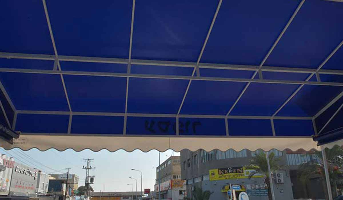 סוכך חנות מכולת כחול מבט מתחת