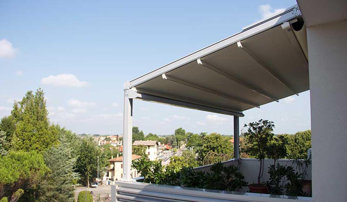 פרגולה נפתחת עם עמודים במרפסת