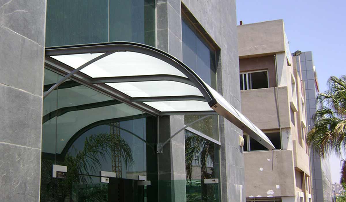 סוכך קבוע מעוצב כניסה לבניין משרדים -1
