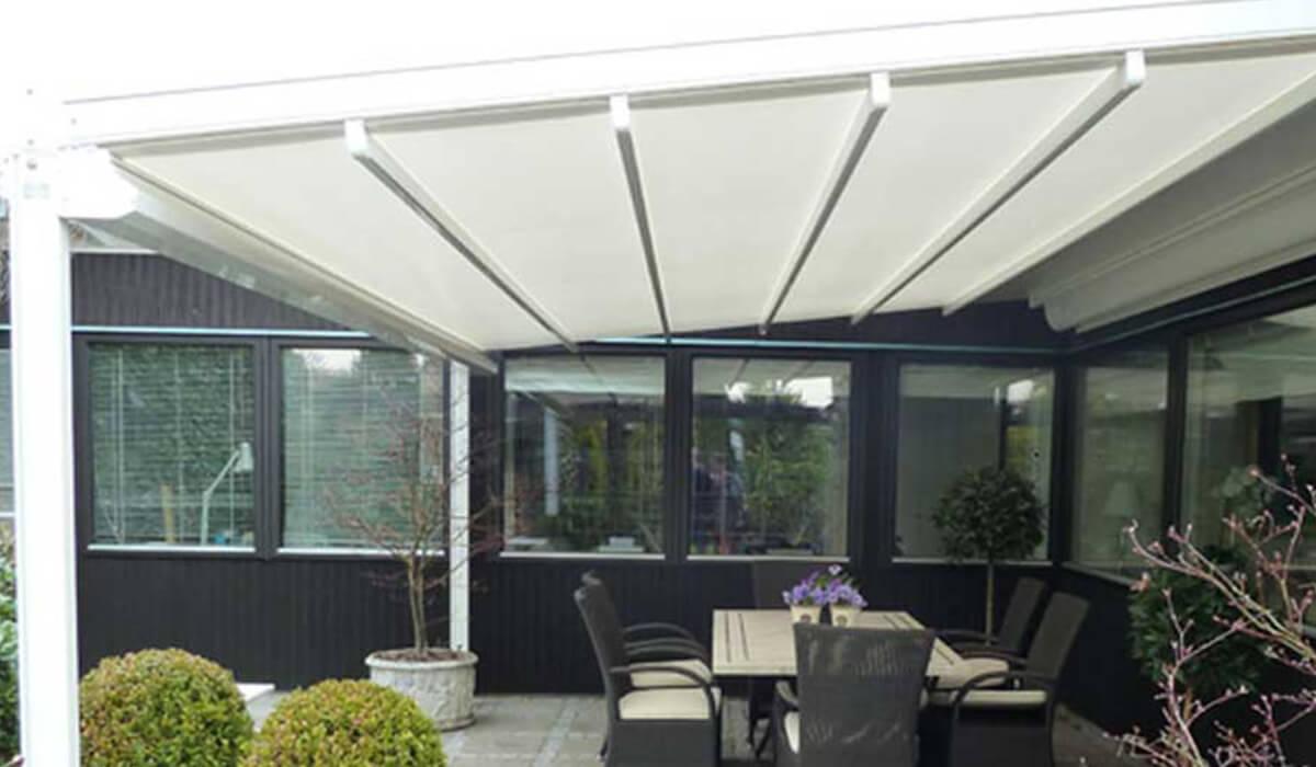 פרגולה נפתחת עם עמודים במרפסת עם ריהוט גן
