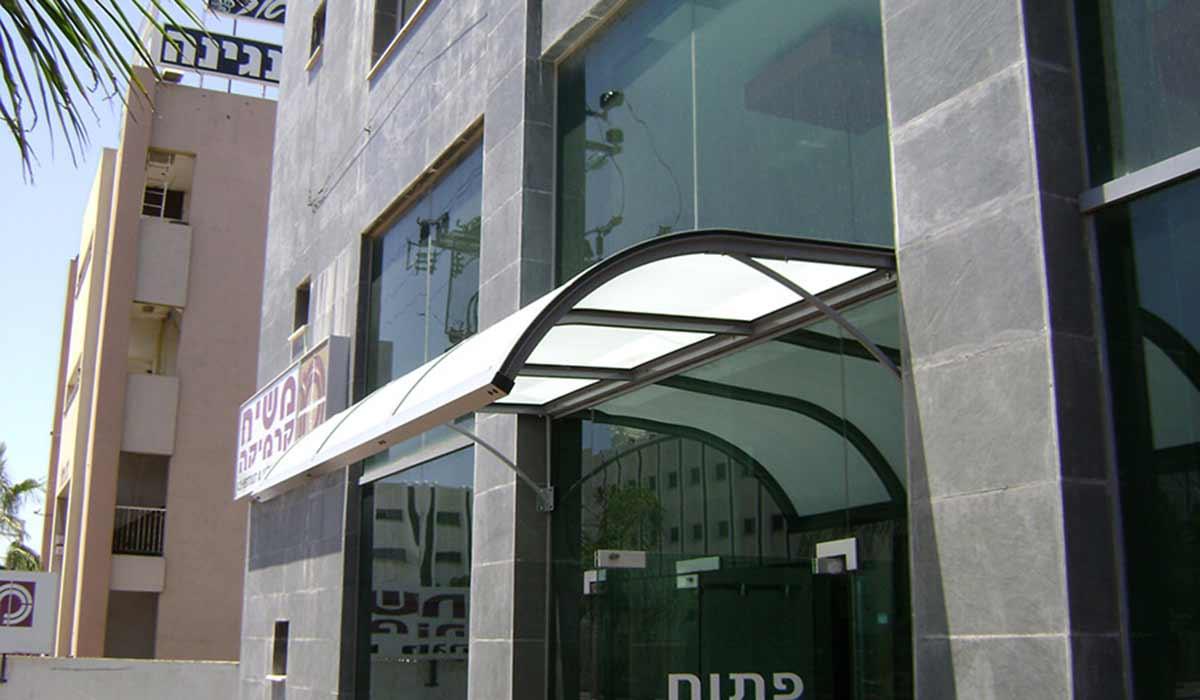 סוכך קבוע מעוצב כניסה לבניין משרדים – 2