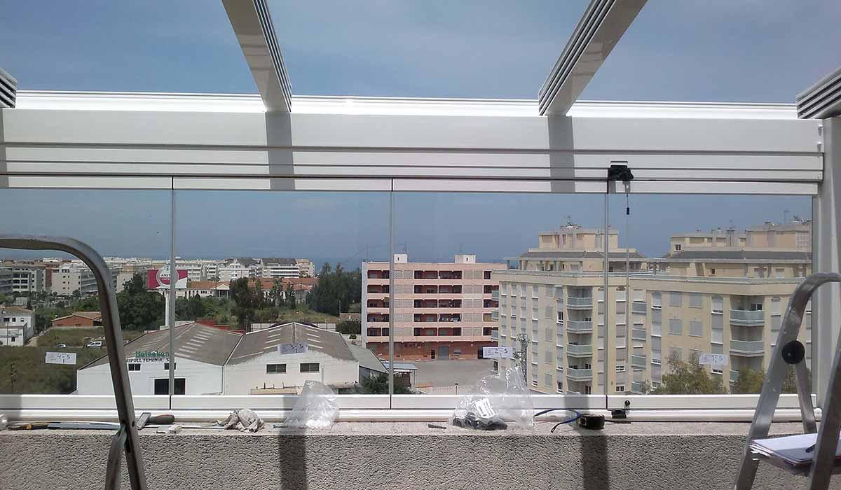 חלונות הזזה נאספות משולבות עם גגות הזזה