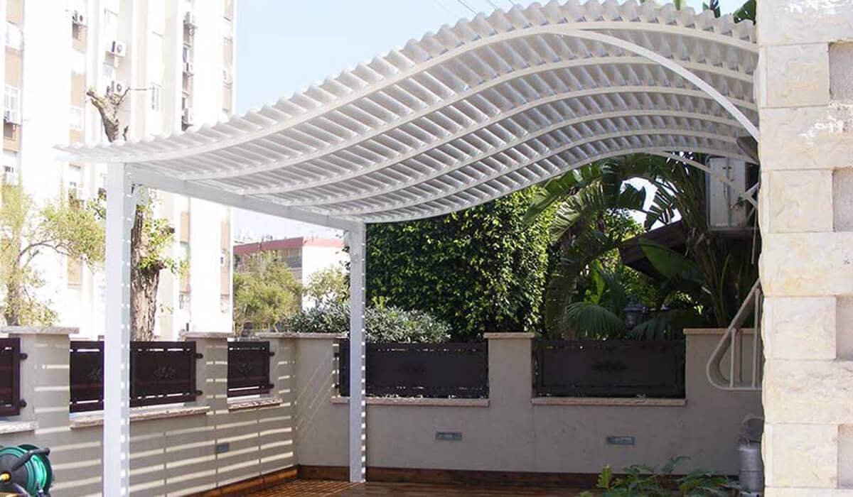 פרגולה מעוגלת עם עמודים במרפסת
