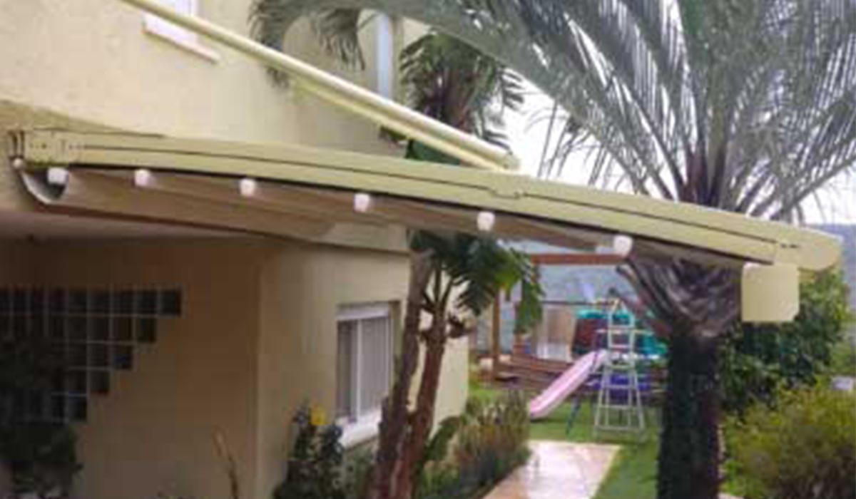 פרגולת אלומיניום עם גג נפתח תלויה לגינה
