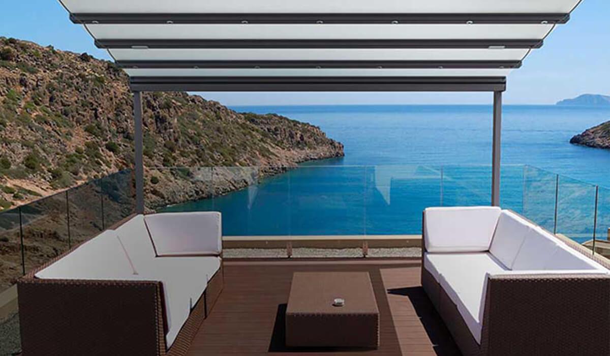 פרגולה נפתחת עם עמודים במרפסת פתוחה