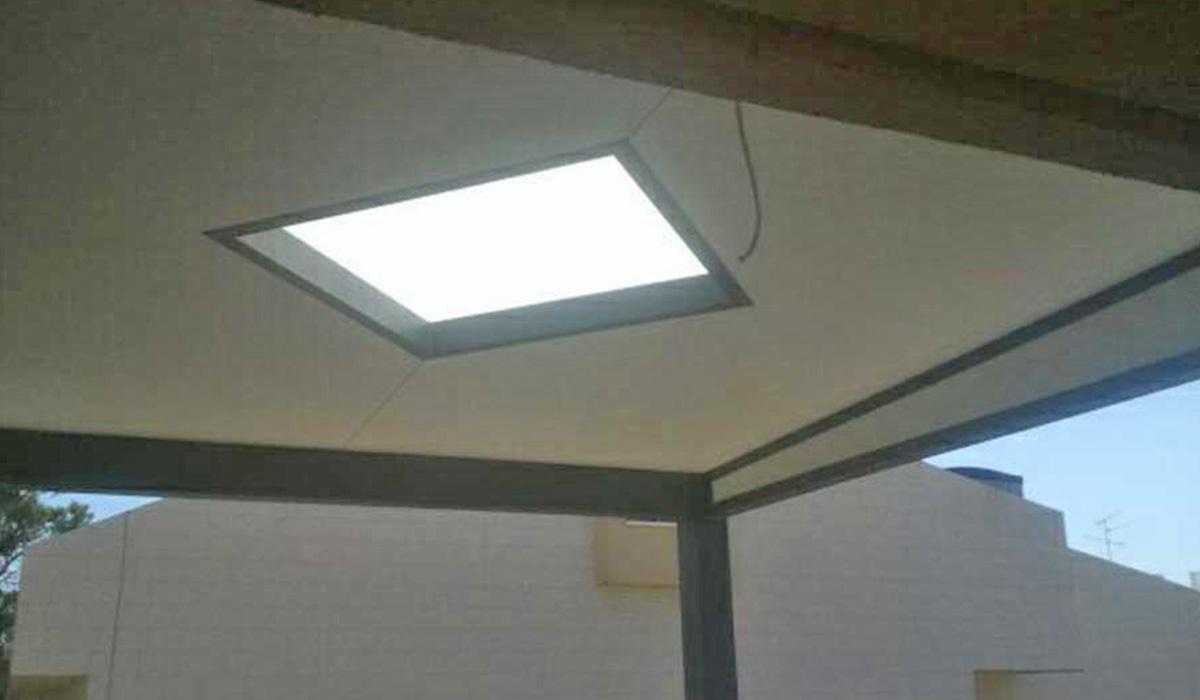 פרגולת פנל אלומיניום עם חלון בתקרה
